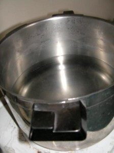 Préparation de la cuve : on met de l'hydrosulfite dans l'eau pour en retirer l'oxygène.