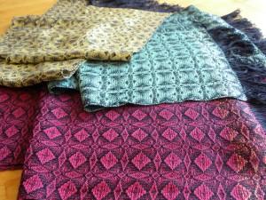 Echarpes en soie partageant la même chaîne mais pas le même attachage. Densité de 14 fils au cm, soie 30/2, 8 cadres.