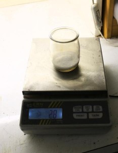 On met de 10 à 20% d'alun par rapport au poids de la laine sèche à teindre.